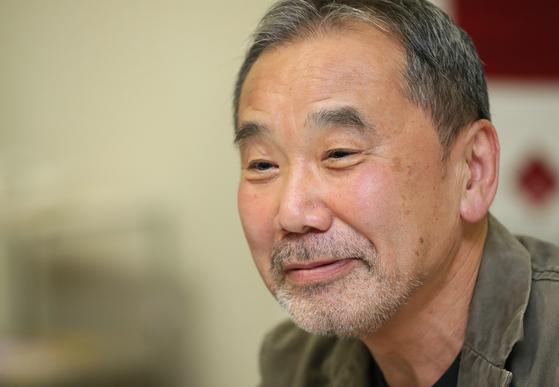 일본의 대표 작가 무라카미 하루키가 4일 도쿄 신주쿠에 위치한 와세다대에서 기자회견을 하고 있다. 국내 기자회견으로는 37년 만이다. [사진 지지통신]