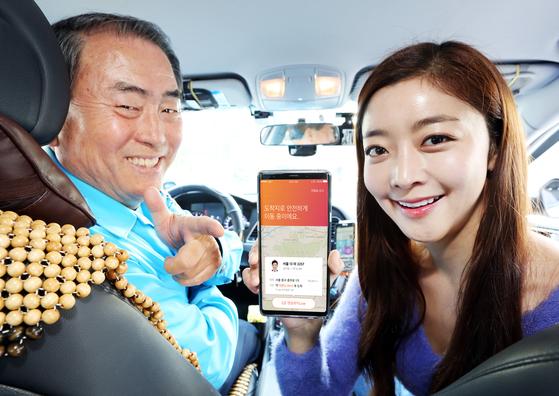 택시 기사가 티맵 택시를 시연하고 있다. SK텔레콤은 연말까지 티맵 택시를 이용하는 자사 고객에 택시비를 10% 깎아준다. 또 택시 기사 3만명에게 버튼식 콜잡이를 무상 제공한다. [사진 SK텔레콤]