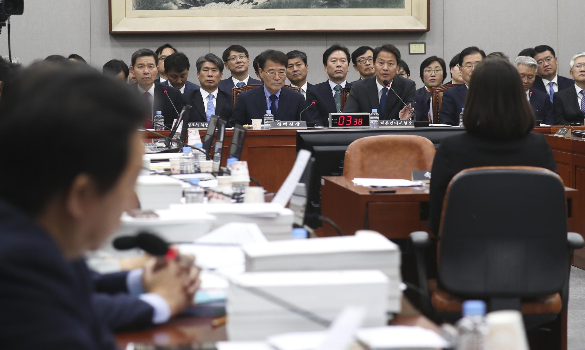 김성태 자유한국당 원내대표(왼쪽)가 6일 국회에서 열린 국회 운영위원회의 청와대에 대한 국정감사에서 임종석 비서실장에게 질의를 하고 있다. 임현동 기자