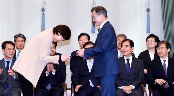 문재인 대통령이 10월 2일 청와대에서 유은혜 교육부 장관에게 임명장을 수여하고 있다. [청와대사진기자단]