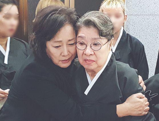 5일 배우 김창숙씨가 엄앵란씨를 위로하는 모습. [연합뉴스]