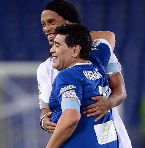 브라질 축구스타 호나우지뉴가 아르헨티나 축구영웅 마라도나와 포옹하고 있다. [호나우지뉴 소셜미디어]