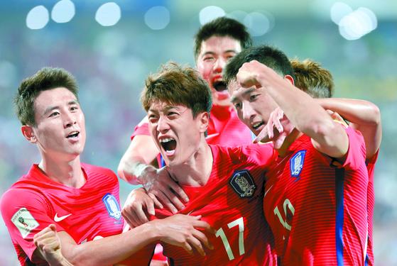 2016년 러시아 월드컵 아시아 최종예선 중국전에서 골을 넣고 환호하는 이청용(가운데). [연합뉴스]