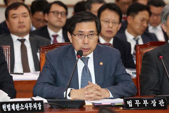 박상기 법무부 장관이 5일 서울 여의도 국회에서 열린 법제사법위원회 전체회의에서 의원들의 질의에 답하고 있다. 법사위는 이날 법무부와 감사원 등에 대한 2019년도 예산안 보고를 받고 심의에 들어갔다. [뉴스1]