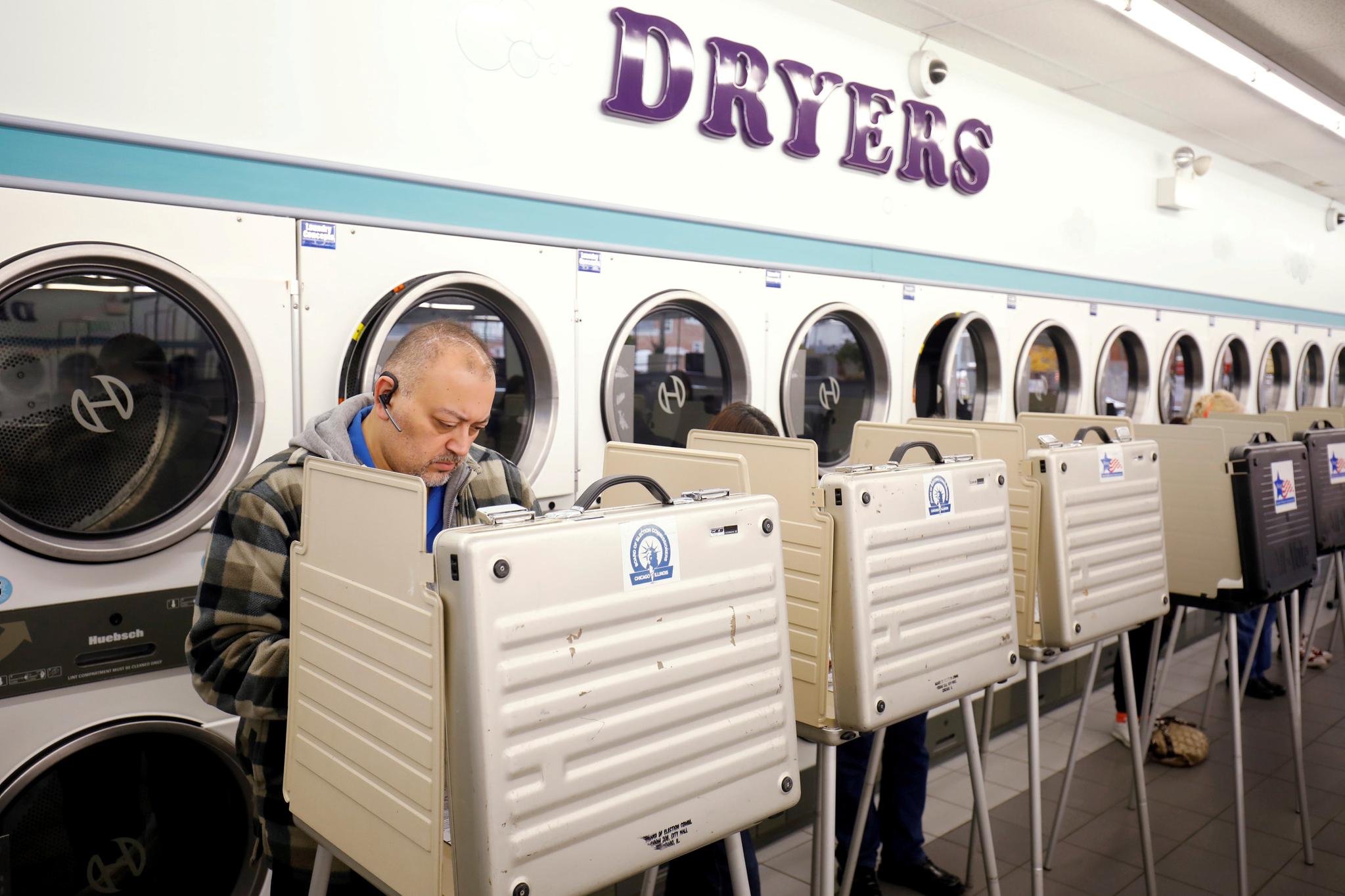 미국 유권자들이 6일(현지시간) 일리노이즈 주 시카고 한 세탁소에서 투표하고 있다.[로이터=연합뉴스]