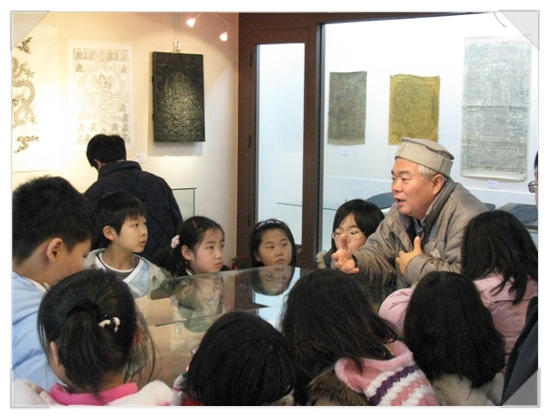 지방의 불우 가정환경의 아동들을 대상으로 한 원주고판화박물관 문화 체험에서 해설해 주시는 한선학 관장. [사진 한익종]