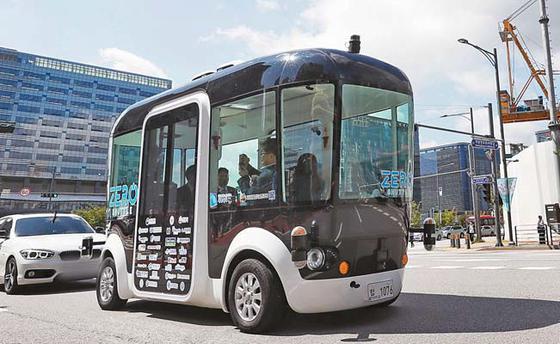 9월 초 경기도 판교에서 운행을 시작한 11인승 자율주행버스'제로셔틀'은 운전대가 없다. [연합뉴스]