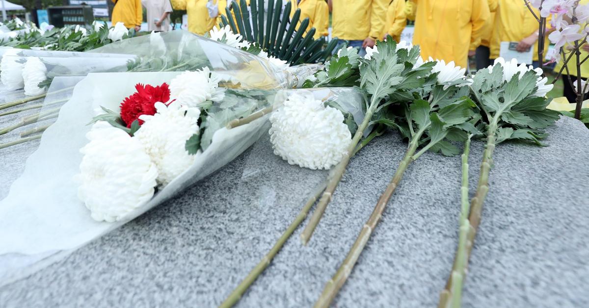 지난 5월 17일 오후 광주 북구 망월동 민족민주열사묘역에서 세월호 유가족들이 '님을 위한 행진곡'을 부르고 있다. [뉴스1]