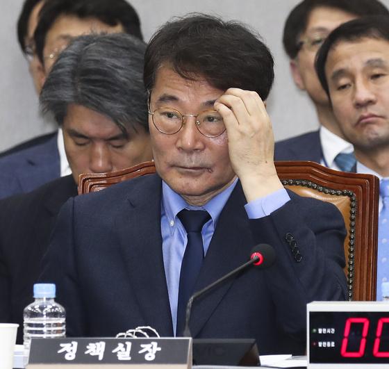 장하성 정책실장이 6일 국회에서 열린 국회 운영위원회의 청와대에 대한 국정감사에서 의원들 질의를 듣고 있다. [임현동 기자]