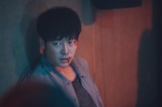 '손 the guest'에서 영매 역할을 맡은 김동욱은 부마자에 감응하며 오싹한 연기를 선보였다. [사진 OCN]