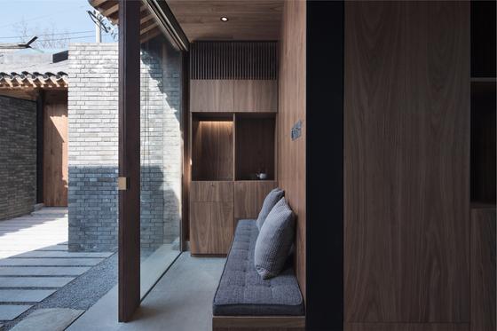 """일본 건축가 아오야마 슈헤이가 리노베이션 설계를 한 중국 베이징의 게스트 하우스. 그는 '소규모 고택이 밀집한 후통 골목에서 도시 공동체에 대한 많은 아이디어를 얻는다""""고 했다. 개인이 머무는 방은 작지만 함께 더 넓은 공간을 공유하며 도시 생활의 기쁨을 누릴 수 있다는 것이다. [사진 B.L.U.E 건축사무소]"""