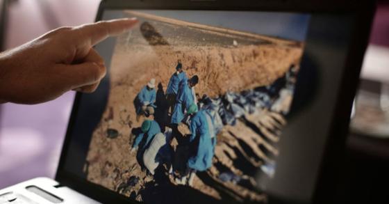 6일(현지시간) UNAMI는 테러조직 IS가 지난 2014년부터 3년간 이라크 202곳 지역에 학살한 양민 등을 집단 매장했다고 발표했다. 유엔 조사관이 컴퓨터를 집단 매장터 발굴 작업을 설명하고 있다. [AP=연합뉴스]