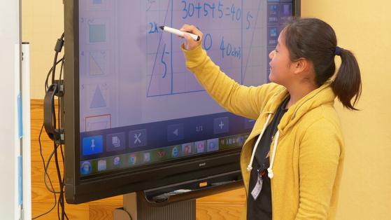 지난 16일 일본 사가현 타케오 시립 타케오초등학교 5학년 1반 학생이 전자칠판을 활용하며 발표하고 있다. [사진 왕준열]