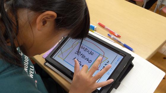 지난 16일 일본 사가현 타케오 시립 타케오초등학교 5학년 1반 학생이 태블릿PC를 사용하여 수학 수업을 하고 있다. [사진 왕준열]