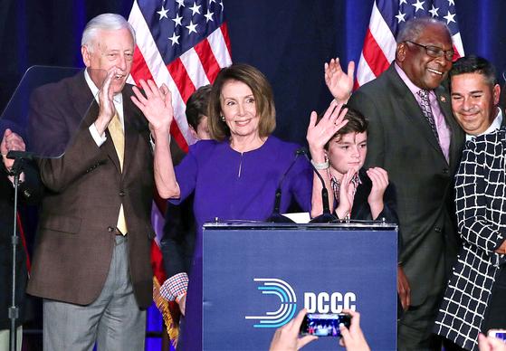 """낸시 펠로시 민주당 하원 원내대표(앞줄 왼쪽 둘째)가 6일(현지시간) 미국 워싱턴DC 하얏트 리젠시 호텔에서 민주당의 중간선거 하원 승리를 선언하며 기뻐하고 있다. 하원 의장직을 맡을 것으로 전망되는 펠로시 원내대표는 8년 만의 하원 탈환에 대해 '내일은 미국의 새로운 날이 될 것""""이라고 말했다. 백악관은 도널드 트럼프 대통령이 펠로시 원내대표에게 전화를 걸어 축하 인사를 했다고 밝혔다. [로이터=연합뉴스]"""