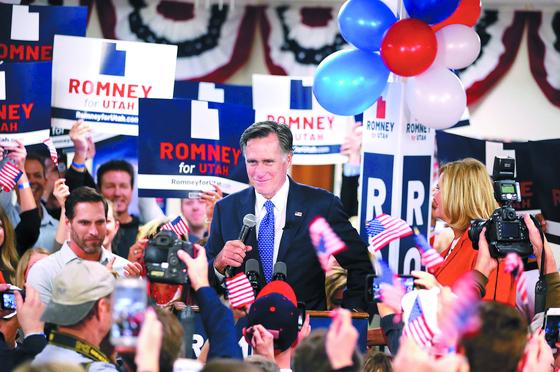 2016년 미국 대선 공화당 경선에서 도널드 트럼프 대통령에게 패배했던 밋 롬니 전 매사추세츠 주지사가 6일(현지시간) 유타주 상원의원 당선을 확정 지은 뒤 승리를 자축하고 있다. [AFP=연합뉴스]