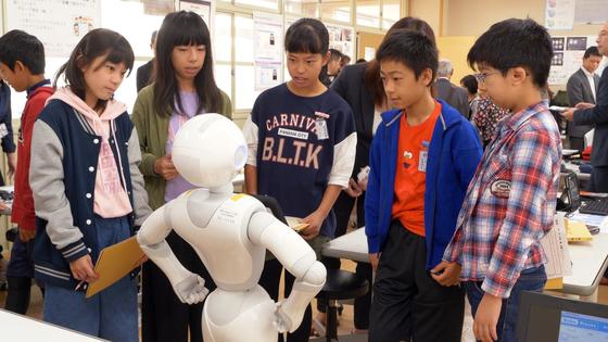지난 16일 일본 사가현 타케오 시립 타케오초등학교 PC실에 6학년 1반 학생들이 소프트뱅크의 휴머노이드 로봇 페퍼와 함께 프로그래밍 수업을 진행 중이다. [사진 왕준열]