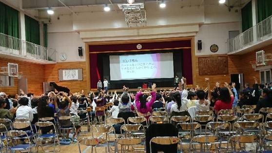2018 발표회. 6학년의 발표 모습. 관람하는 저학년들을 참가시키며 지루하지 않게 진행하는 모습이 역시 6학년이라고 납득하게 됐다. [사진 양은심]