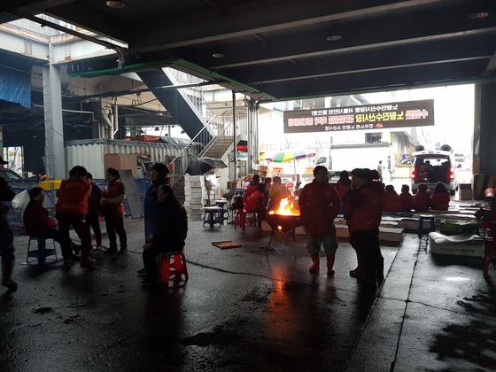 8일 오후 3시30분쯤 구 노량진수산시장 상인 50여 명이 모여있다. 조한대 기자