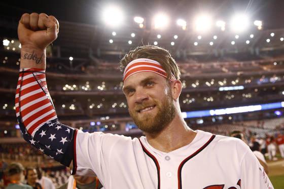 올해 올스타전 홈런 더비에서 성조기를 형상화한 의상을 입고 우승까지 차지한 브라이스 하퍼. [AP=연합뉴스]