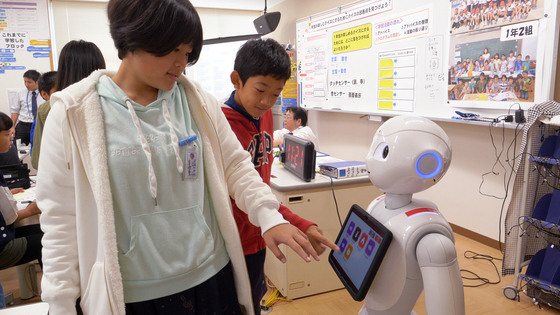 지난 16일 일본 사가현 타케오 시립 타케오초등학교 PC실에서 학생들이 소프트뱅크의 휴머노이드 로봇 페퍼를 활용해 프로그래밍 수업을 하고 있다. [사진 왕준열]
