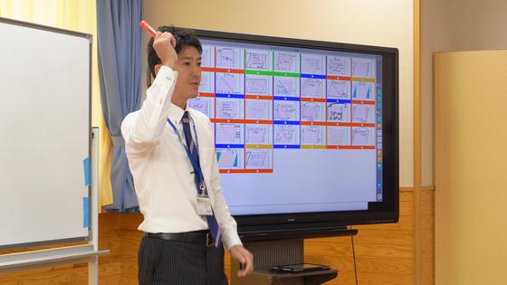 지난 16일 일본 사가현 타케오 시립 타케오초등학교 5학년 1반에서 수학 교사가 전자칠판을 사용해 수업을 하고 있다. [사진 왕준열]