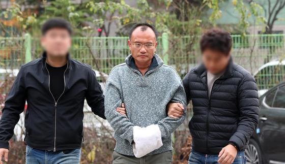 회사 직원 폭행 등의 혐의로 경찰에 체포된 양진호 한국미래기술 회장이 7일 오후 수원시 장안구 경기남부지방경찰청으로 호송되고 있다. 김경록 기자