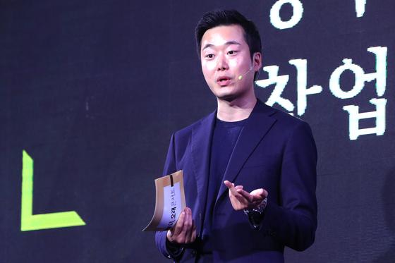 중앙일보가 주최하는 더 오래 콘서트가 11일 오후 서울 광화문 포시즌스 호텔에서 진행됐다. 전종하 퍼블랩스 대표가 '그럼에도 불구하고'를 주제로 강연하고 있다. 장진영 기자