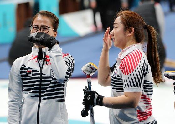 대한민국 여자 컬링 대표팀 김은정, 김영미가 지난 2월 25일 강원도 강릉컬링센터에서 열린 2018평창 동계올림픽 컬링 여자 결승전 스웨덴과의 경기에서 3대8로 패하자 아쉬움의 눈물을 흘리고 있다. [뉴스1]