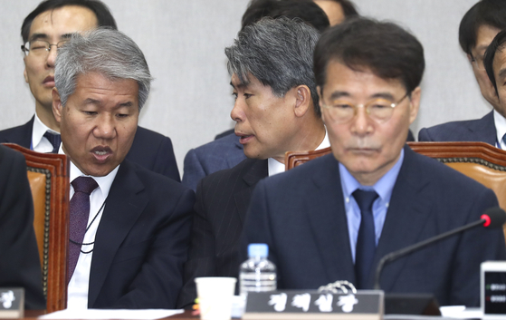 청와대 김수현 사회수석(왼쪽)과 윤종원 경제수석이 지난 6일 국회에서 열린 국회 운영위원회의 청와대에 대한 국정감사에서 대화하고 있다. 뒷줄 왼쪽은 김수현 당시 청와대 사회수석[중앙포토]