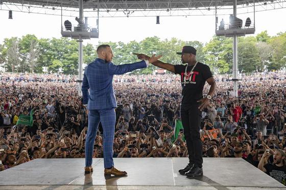 지난해 경기를 앞두고 많은 청중들 앞에서 포즈를 취한 코너 맥그리거(왼쪽)와 플로이드 메이웨더 주니어. [중앙포토]