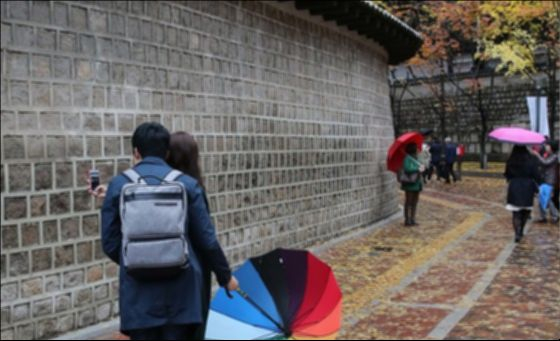 지난 7일은 가을 끝자락에서 맞는 입동(立冬) 절기였다. 시민들이 서울 정동길에서 비에 젖은 낙엽을 밟으며 걷고 있다. [중앙포토]