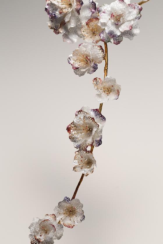 김인자 장인의 작품, 목걸이 '피어나다'. 은칠보, 다이아몬드, 사파이어. [사진 이정은]