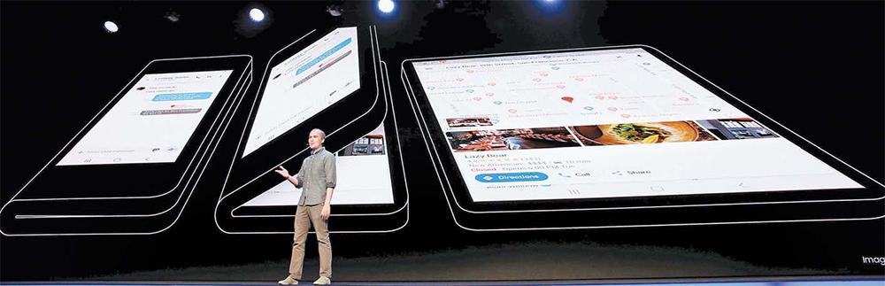 글렌 머피 구글 안드로이드 UX 담당이 7일(현지시간) 미국 샌프란시스코 에서 열린 '삼성 개발자 콘퍼런스'에서 내년에 출시할 폴더블폰 의 '인피니티 플렉스 디스플레이'를 소개하고 있다. [로이터=연합뉴스]