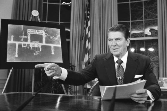 1983년 3월 23일 로널드 레이건 미국 대통령이 소련의 핵공격 위협에 대해 첨단 우주 장비를 개발해 날아오는 핵미사일을 우주 공간에서 제거하는 스타워즈 구상, 즉 전략방위구상(SDI)를 발표하고 있다. [AP=연합뉴스]