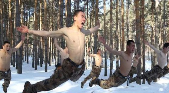 눈밭에서 웃통을 벗고 군사훈련을 받는 중국 25세 이하 축구대표팀 상비군. [사진 시나스포츠 캡처]