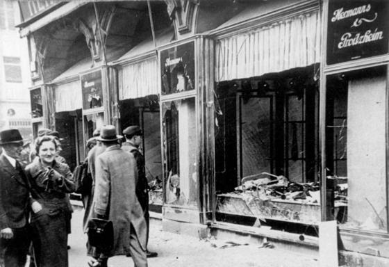 수정의 밤에 파괴된 마그데부르크의 유대인 소유 상점. [독일 연방 문서보관소]