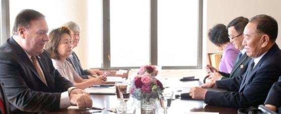 지난 5월 31일(현지시간) 뉴욕 맨해튼 주유엔 미국 차석대사 관저에서 열린 북·미 고위급 회담 모습. 왼쪽은 마이크 폼페이오 미국 국무장관, 오른쪽은 김영철 북한 노동당 부위원장. [AFP=연합뉴스]