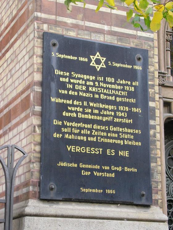 수정의 밤에 파괴됐다가 제2차 세계대전 뒤 복구된 베를린의 한 시나고그(유대교 예배당) 외벽에 파괴와 복구의 연혁이 적혀 있다. 중간쯤에 대문자로 '결코 잊지말자'라고 적혀 있다. [사진 위키피디아]