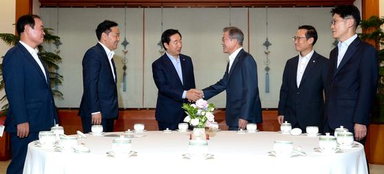 지난 8월16일 문재인 대통령을 만나는 김관영 원내대표(왼쪽에서 두번째) 및 5당 원내대표. 11월5일 회동은 두번째 문 대통령과의 회동이었다. [청와대사진기자단]