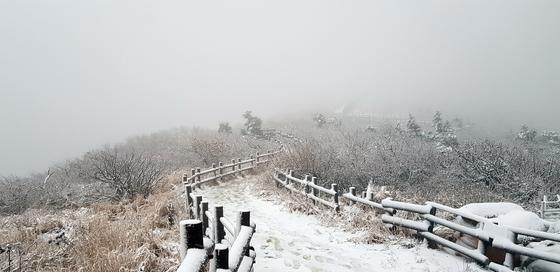 설악산에 올가을 첫눈이 내린 지난 10월 18일 중청대피소 주변에 눈이 쌓여 있다. [설악산국립공원사무소 제공] <저작권자 ⓒ 1980-2018 ㈜연합뉴스. 무단 전재 재배포 금지.>