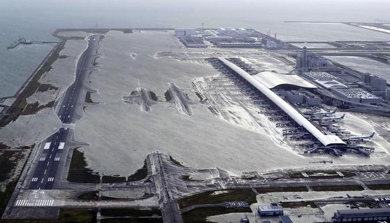 지난 9월 갑작스러운 태풍으로 간사이 공항이 침수된. [AP=연합뉴스]