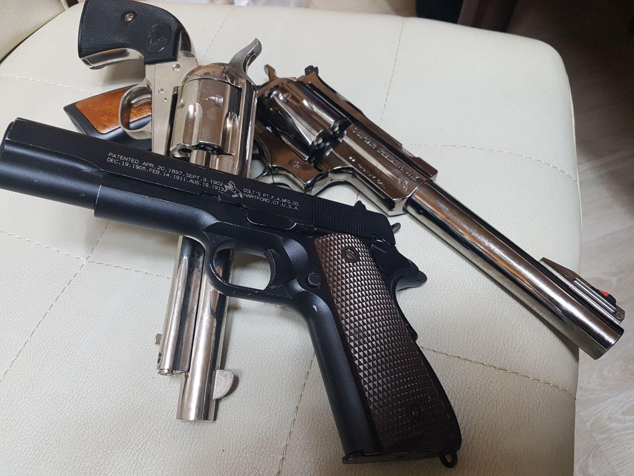 양진호 한국미래기술 회장과 함께 일했던 전 직원 A씨가 공개한 양 회장이 직원들에게 쏜 가스식 BB탄 권총들. [뉴시스]
