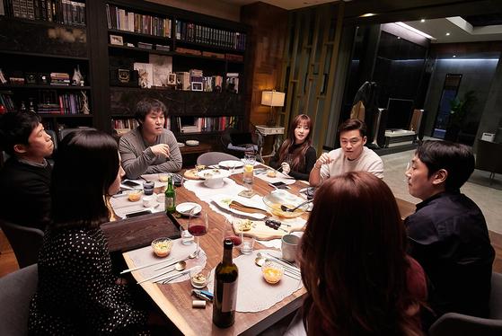 영화 '완벽한 타인'은 고교 동창인 네 남자와 이들의 아내인 세 여자 등 모두 일곱 사람이 모인 저녁 식사 자리에서 벌어지는 이야기다. 원작인 이탈리아 영화는 한국에서는 미개봉작이다. [사진 롯데엔터테인먼트]
