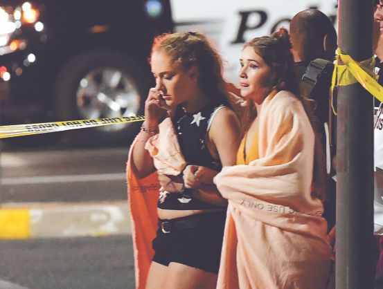 7일 밤(현지시간) 미국 캘리포니아주 로스앤젤레스(LA) 인근 도시인 사우전드오크스의 한 술집에서 총격 사건이 발생해 용의자를 포함해 13명이 사망했다고 CNN 등 현지 언론이 보도했다. 용의자의 범행 동기가 알려지지 않은 가운데 주민들이 사건 현장을 빠져 나오고 있다. [AP=연합뉴스]