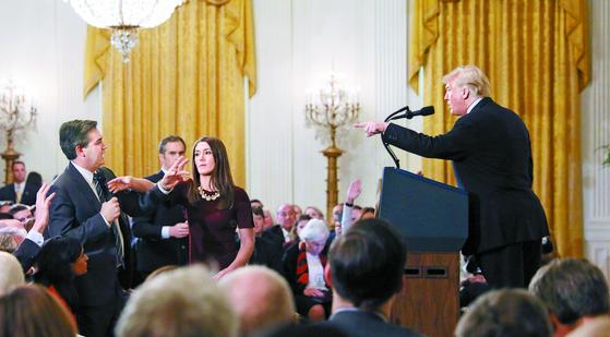 [사진] 트럼프, CNN 기자와 언쟁 … 마이크 뺏고 출입정지