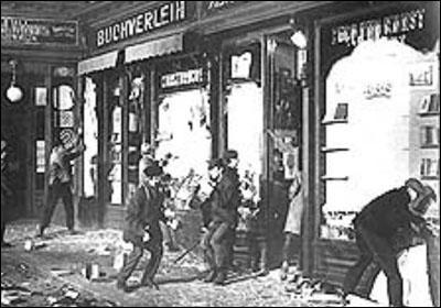 수정의밤에 청소년들이 유대인 소유 상점을 공격하고 있다. [사진 중앙포토]
