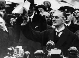 아돌프 히틀러의 요구대로 체코슬로바키아의 주데텐란트를 넘기는 내용의 뮌헨협정에 서명한 네빌 체임벌린 영국 총리가 1938년 9월30일 헤스톤 공항으로 귀국한 뒤 마중 나온 군중 앞에서 협정문을 보여주고 있다. 체임벌린은 적의 도발을 반드시 분쇄하겠다는 강력한 의지를 보이지 않고 유화적으로 평화를 애걸하면 오히려 비극을 초래한다는 역사적인 교훈을 남겼다.