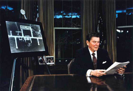 과학기술을 앞세운 레이건의 공세는 소련이 1991년 몰락한 계기를 만든 것으로 평가된다.1983년 3월 23일 로널드 레이건 미국 대통령이 소련의 핵공격 위협에 대해 첨단 우주 장비를 개발해 날아오는 핵미사일을 우주 공간에서 제거하는 스타워즈 구상, 즉 전략방위구상(SDI)를 발표하고 있다. 처단 기술로 소련의 핵공격 시도를 무력화하는 전술이었다. [사진 미국 원자력 유산 재단]