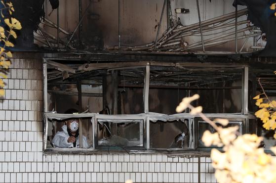 9일 오전 서울 종로구 관수동 고시원 화재현장에서 경찰 과학수사대가 현장감식을 하고 있다. 이날 화재는 3층에서 발화해 2시간 여만에 진화됐으나, 현재까지 7명의 사망자가 발생했다.[뉴스1]